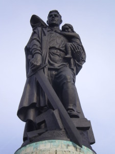 768px-Close-up_of_statue_in_Treptower_Park
